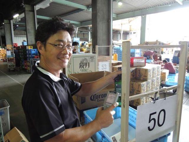 倉庫で微笑む男性