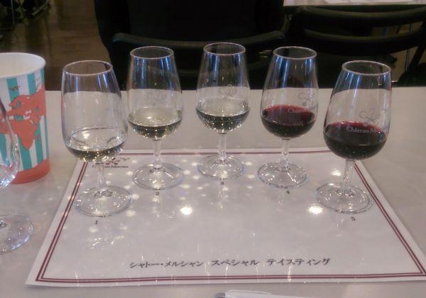 ワイングラスのテーブルに置いたまま2本の指でくるくる円を描き、グラスの足を2本で持ち、斜めに傾けて香りと色を楽しむのがテイスティングだそう。