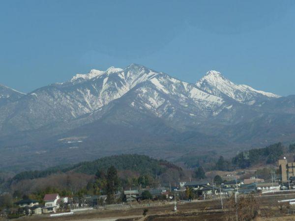移動中のバスの窓越しに見える南アルプスの山脈がとても美しい!