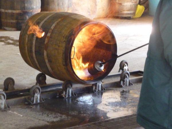 この様に樽に染込んだアルコールで一気に火がつきます。消火も一瞬で行われて、まるでテーマパークに来たかの様なパフォーマンスでした。